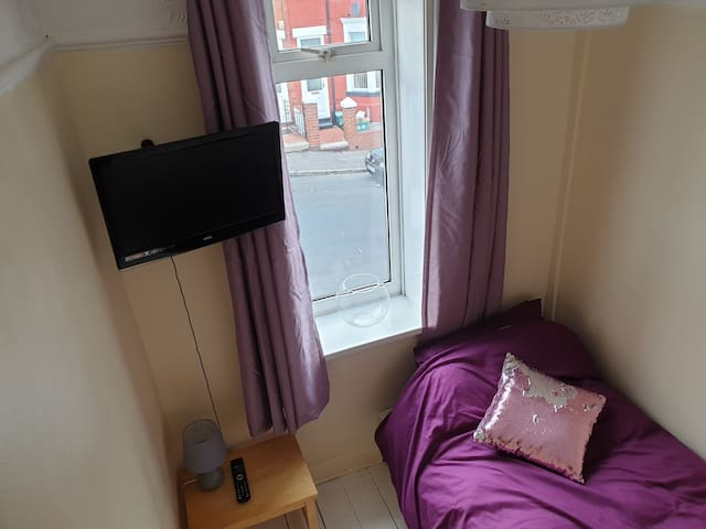 Comfy small room close to Barry and beaches