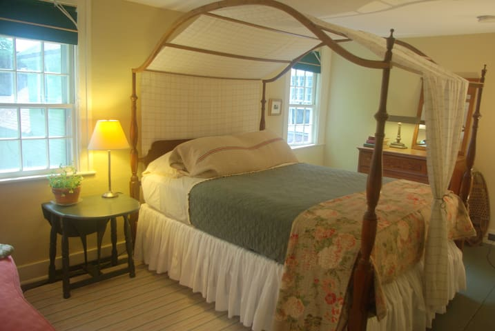 Old Story Farm B&B: 1821 Queen Room - Hopkinton - Bed & Breakfast