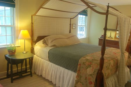 Old Story Farm B&B: 1821 Queen Room - Hopkinton