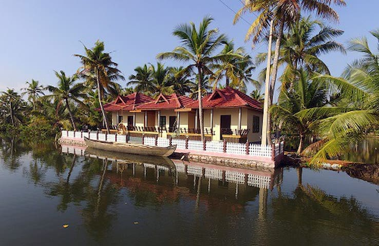 Munroe Island Lake Resort- Deluxe Lake Cottage