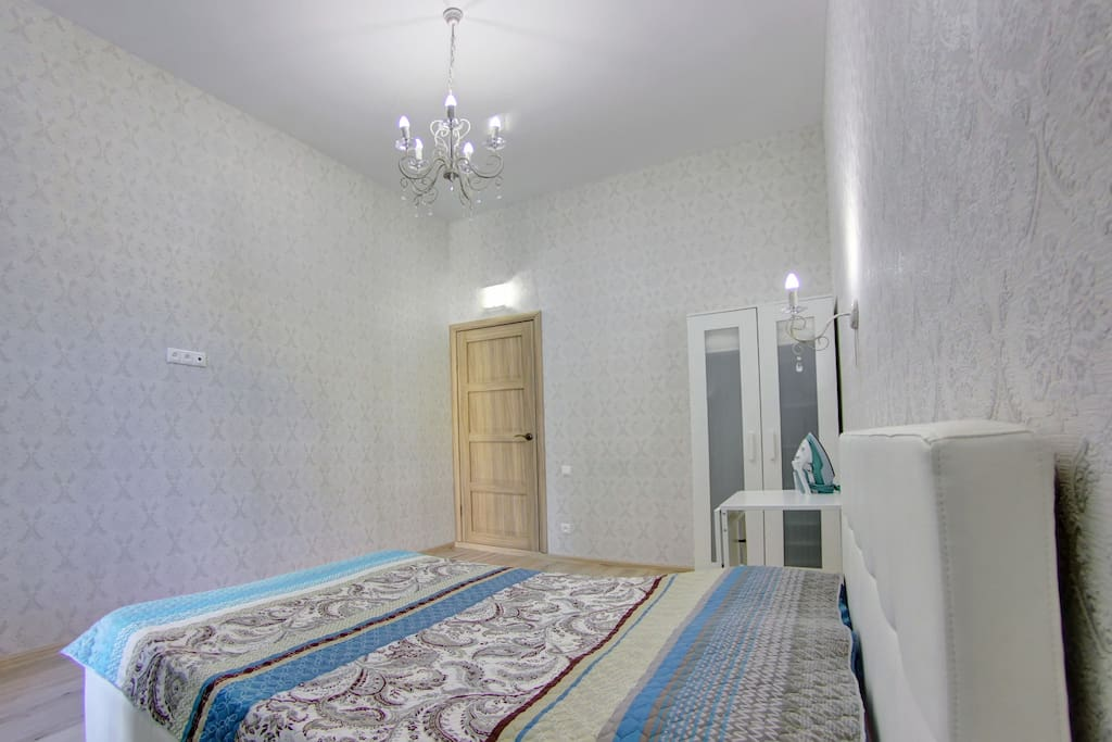 В комнате шкаф для белья с плечиками, стол и два стула. Для удобства сделаны розетки, подключен wifi. Несколько видов освещения-дневное, вечернее.