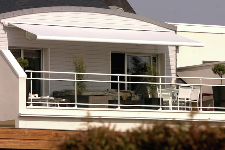 Luxurious apartment with balcony and jacuzzi, at just 150 m from the beach