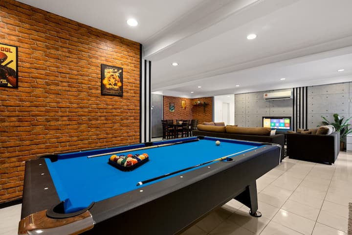 Fahrenheit HUGE Game Suite w/Pool Table (6-11 pax)