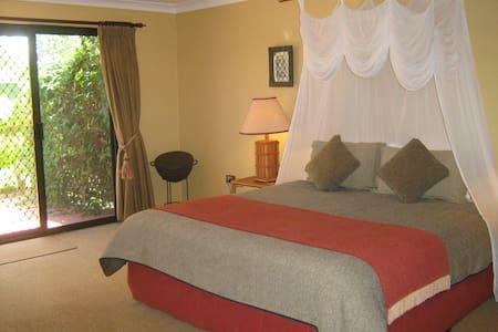 Relax at Gum-tree on Gillies B&B - Yungaburra - Bed & Breakfast