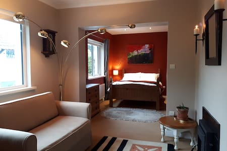 Cozy double bedroom with private bathroom & stove