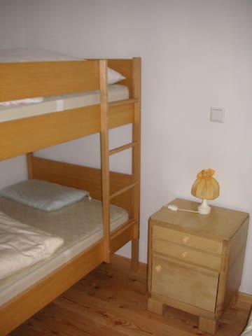 Raum mit Stockbett und Einzelbett
