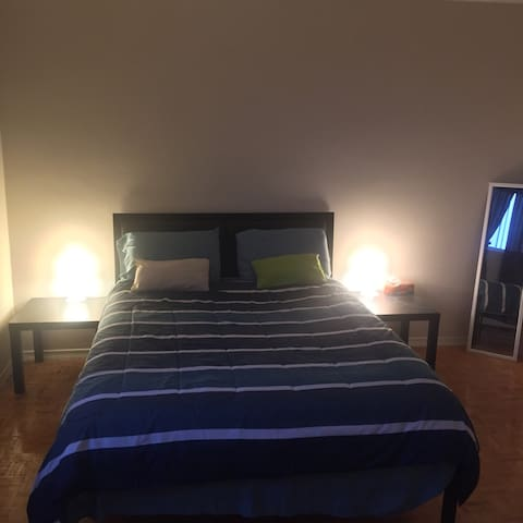 Large bedroom with a great view of the lake/ wifi - Sudbury - Appartement