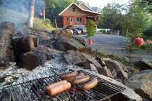 Un peu à l'écart, nous avons u feu de camp avec une grille, pour vos soirées d'été.
