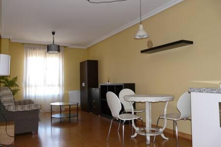 Apto. 2 dormitorios con parking - ponferrada - Pis