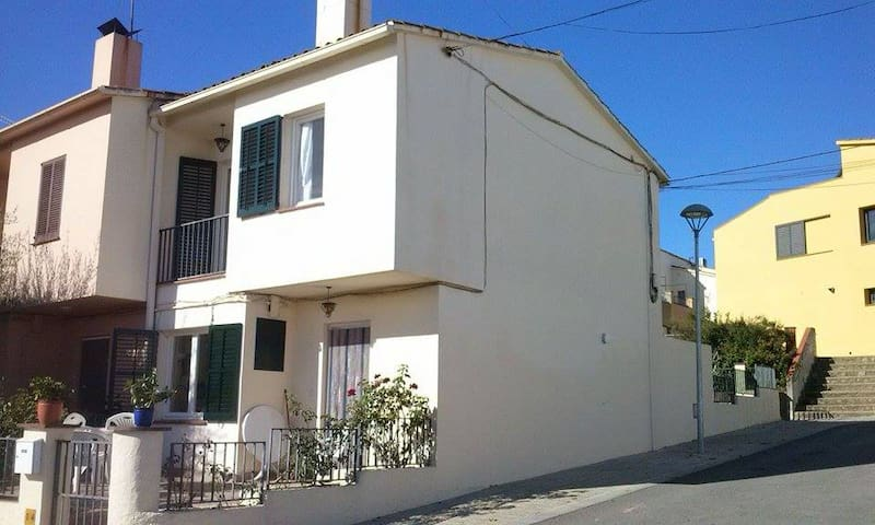 1 guest room in a sunny house in Corçà