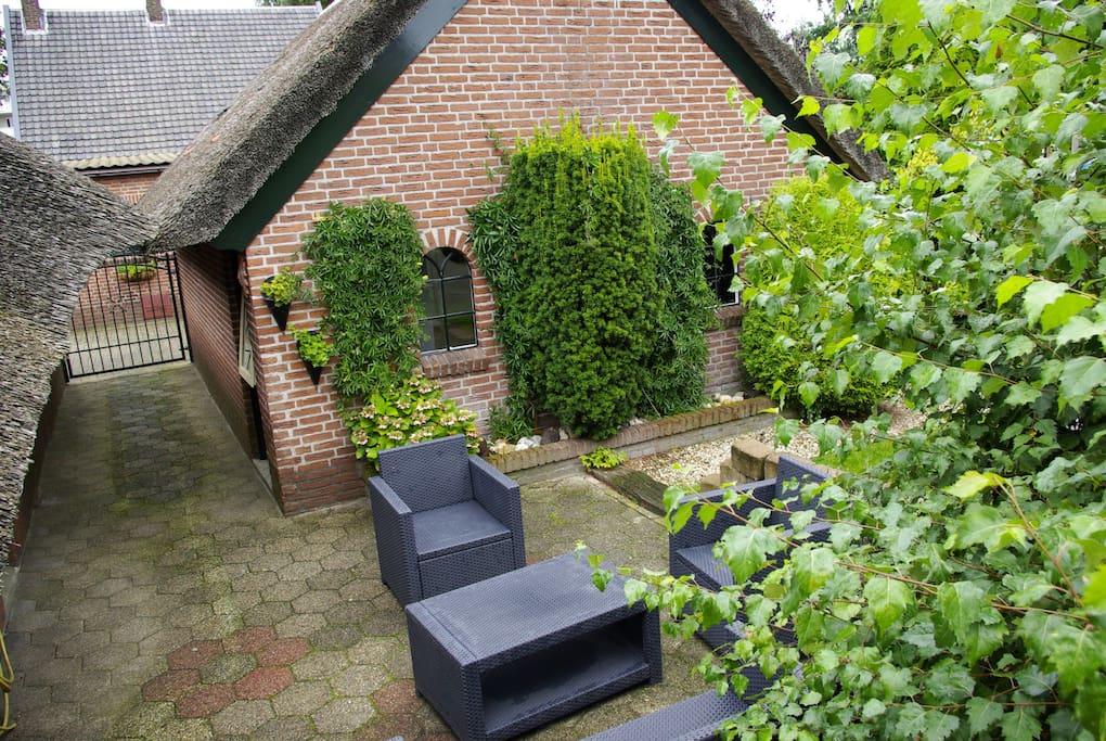 Achterzijde van het bakhuis met eigen terras!