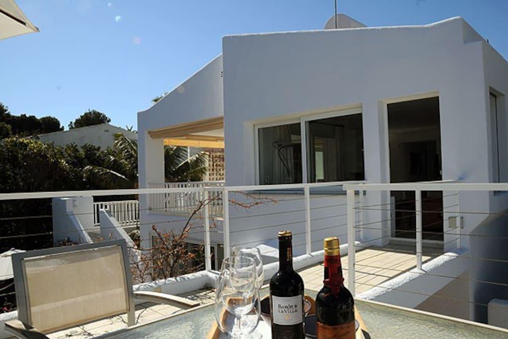 Blick von der Meerblick-Terrasse zum Wohnzimmer