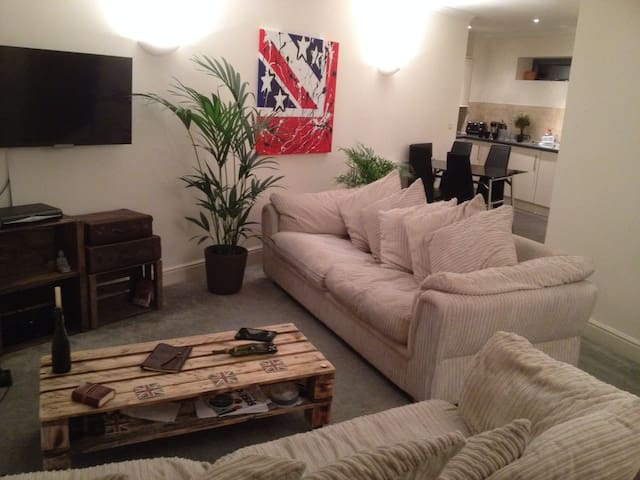 2 Bedroom Stylish Apartment - Leigh
