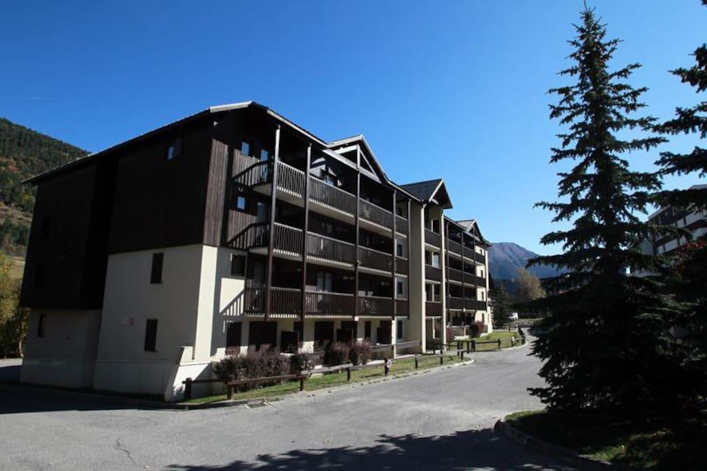 Immeuble L'Aiglon en été, parkings