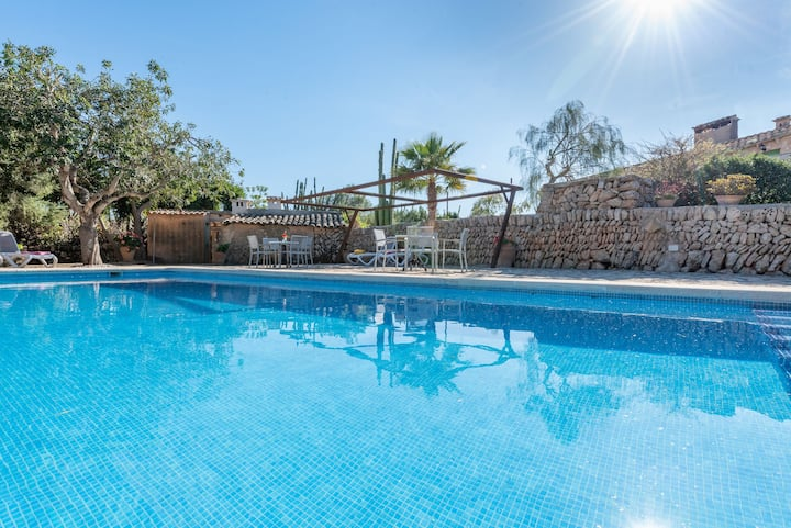 Beautiful Cottage on a Farm with Wi-Fi, Pool & Large Outdoor Area
