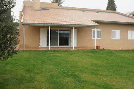 Detached house, modern, confortable - Salamanca (Carbajosa de la Sagrada) - Huis