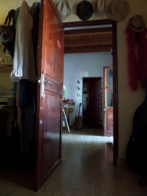 La vista desde la cama hacia el salón. A la derecha puerta de entrada.