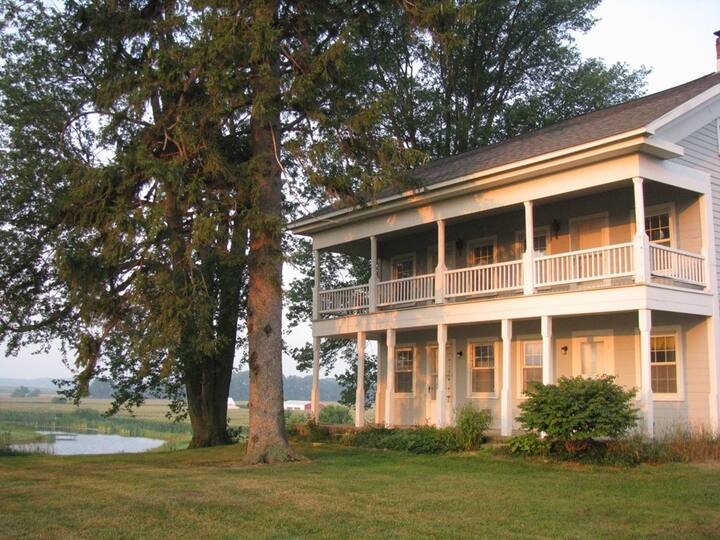 1870 Farmhouse on 5 acres