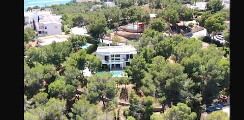 Moderne mediterrane Luxusvilla am Strand