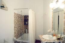 Amplio baño con bañera