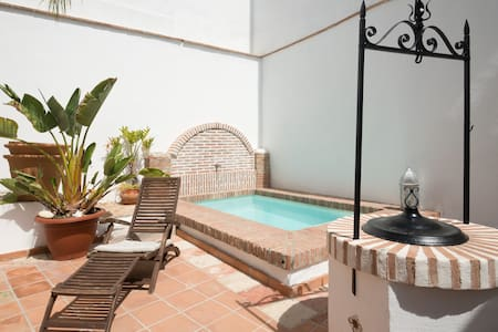 Free parking lot, swimming pool - Granada