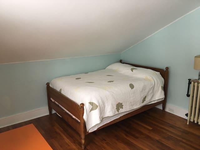 Downtown B&B: Quiet back bedroom