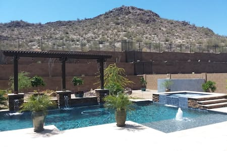 Quiet Stay with Sweeping Desert & Mountain Views