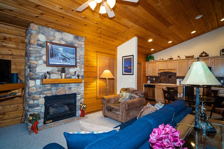 Romantic 1 Bed Cabin w/ Jacuzzi Tub