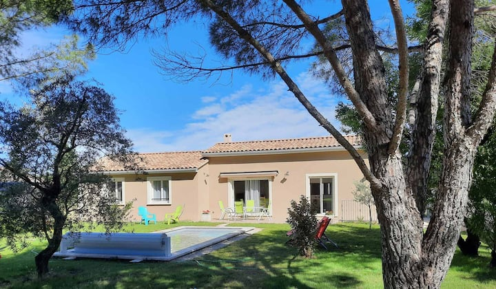 A pretty family house located in a tranquil area with a pretty view of the Luberon range.