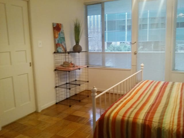 Spacious room in great location close to metro - Arlington - Apartamento