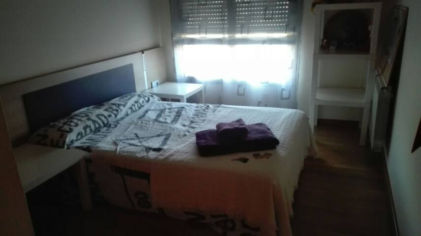 Habitación luminosa, cama matrimonio (65 kms BCN)
