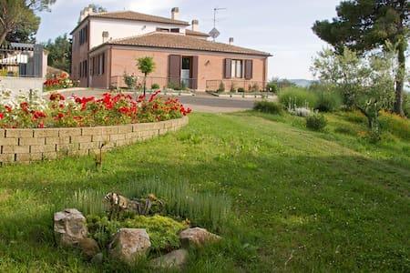 Residence di 4 appartamenti immerso nel verde - Montegridolfo - Квартира