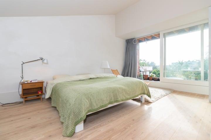 Bright, spacious room with priv bathroom + terrace