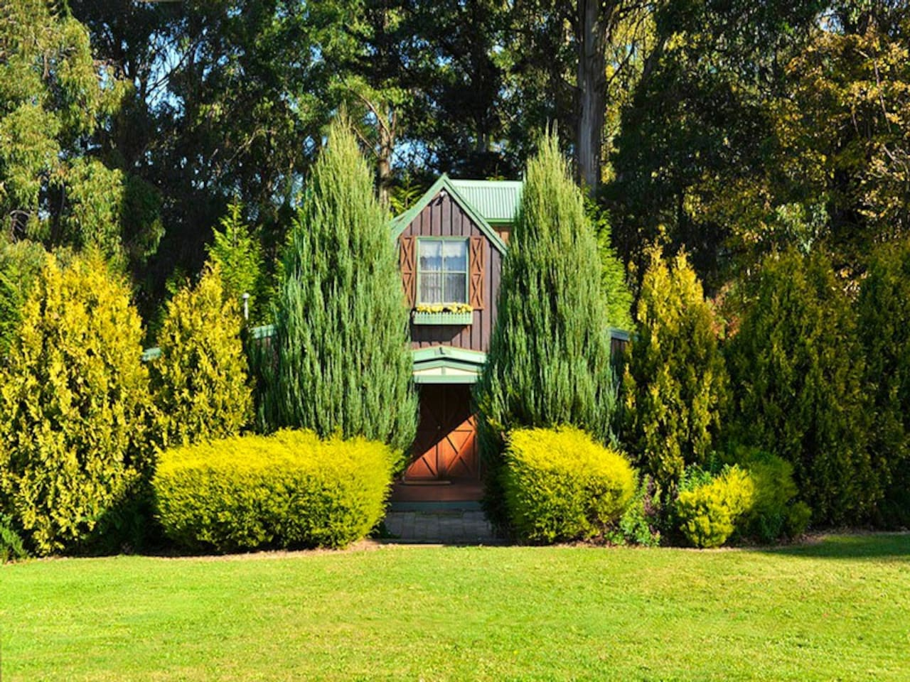 A Gracehill Accommodation Cottage  and surrounding garden
