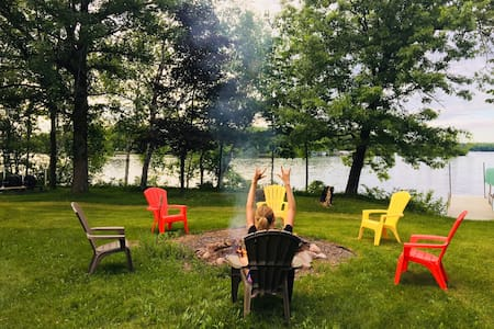 Sleeps 8, Lake cabin with dock, kayaks & MORE!