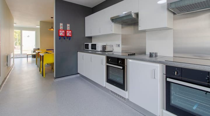 Student Only Property: Large Premium Ensuite