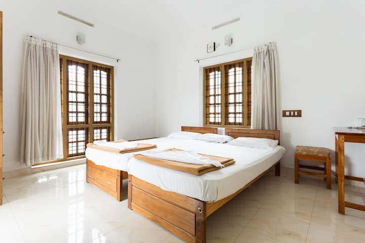 A private room for two adults at Oriole Homestay - Kumily - Bed & Breakfast