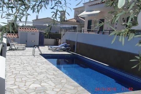 Casa con piscina  a 150 mts de la playa