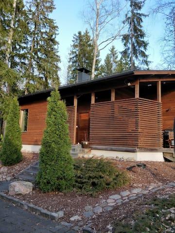 Bnb-huone on erillinen saunamökki omakotitalon pihapiirissä. Bnb room is a separate sauna cottage in a detached house courtyad.