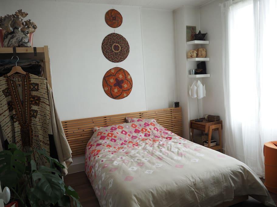 La chambre est claire, avec un vrai lit confortable de 140x190.