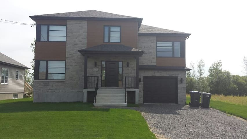 Beautiful House near river - Saint-Jean-sur-Richelieu - Rumah
