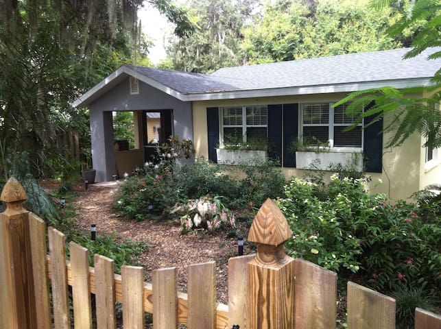 A Romantic Cottage in a Lush Garden - Mount Dora - บ้าน