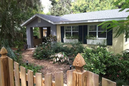 A Romantic Cottage in a Lush Garden - Mount Dora - Casa