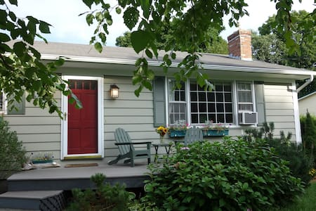 Sweet 3-bd House in Perfect Vacation Location! - Shelburne - House