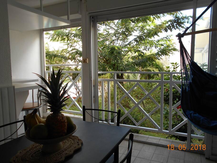 Côté terrasse ouverte sur le jardin, offrant une vue très agréable sur l'extérieur.