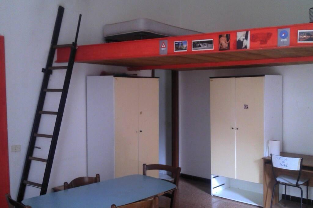 La zona notte è sulla scala, ma è possibile dormire anche sotto c'è spazio :-)