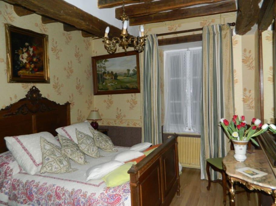 """Chambre double """"Tradition"""" 14 m2 ;mobilier ancien ,luxueux ensemble salle de bain /toilettes privatif mais détaché de la chambre ; 2 bouteilles d'eau"""