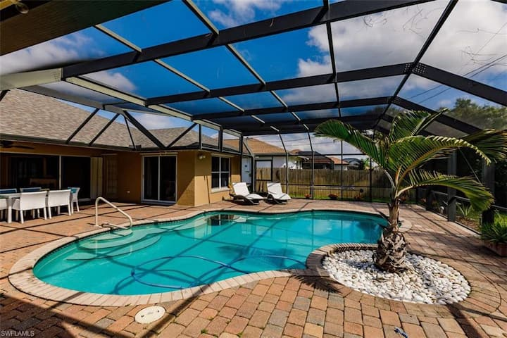 Tiki Paradise House & pool - 10 min to Beach!