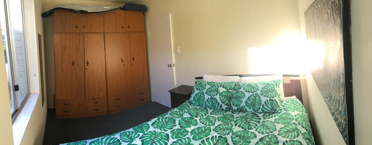 Cozy room ideally placed 430 m from beach. - Merewether - Appartement