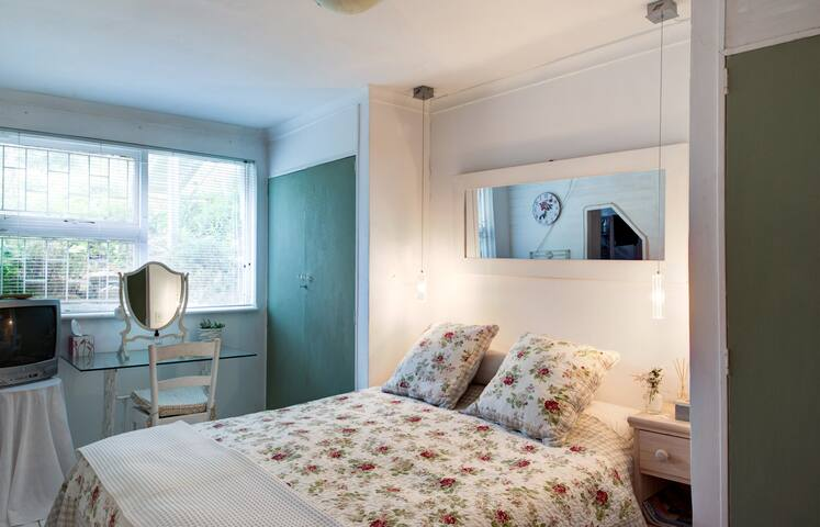YOUR PRIVATE ROOM Your cosy space (has en-suite shower and loo)